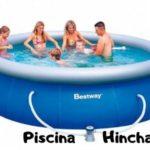 familia bañandose en una piscina hinchable